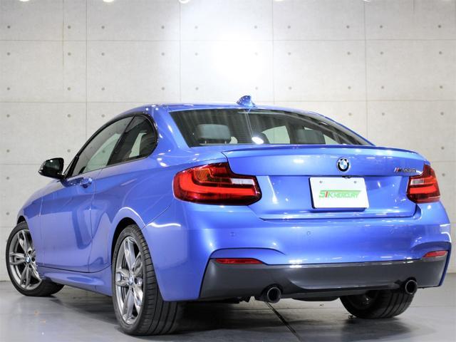 H27年式 BMW M235iクーペ右H 修復歴無 実走行3.5万キロが入庫致しましたのでご紹介させて頂きます。外装の状態はとても綺麗な状態でほぼ無傷に近い状態が保たれております。