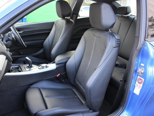 黒革シートです。シートヒーターも装備。シートの状態も目立つようなスレやヘタリ等も無く、非常に綺麗な状態が保たれております!程度良いです。