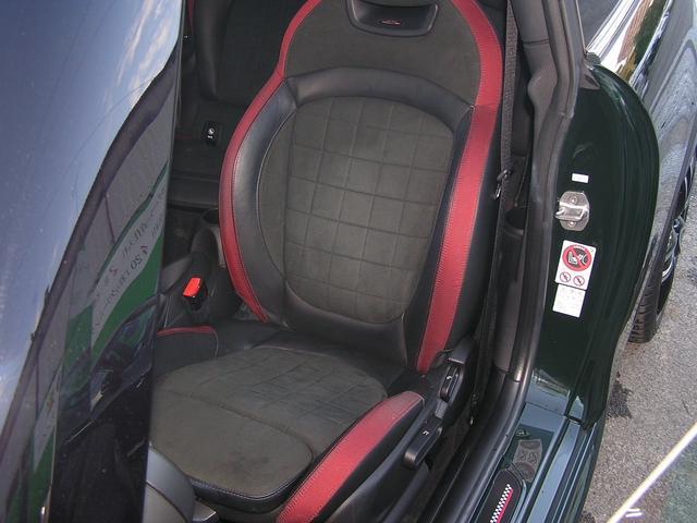 シートの状態もスレやヘタリ等も無くとても綺麗な状態が保たれております。運転席・助手席にシートヒーターが付いております。