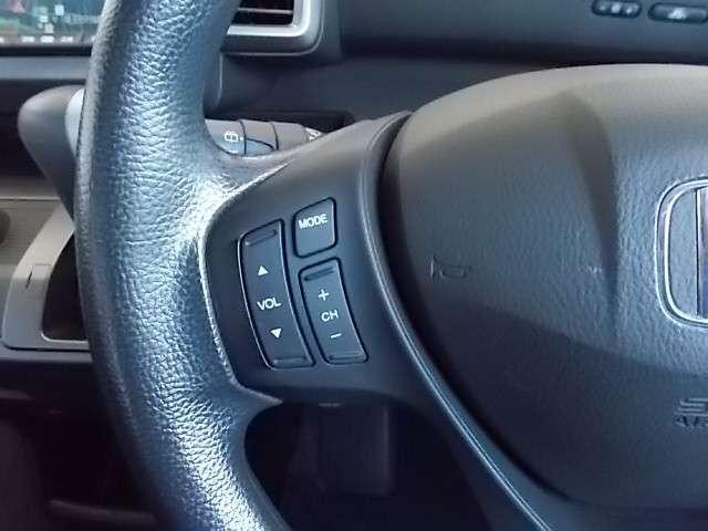 運転席ハンドルでオーディオ操作が出来ます。
