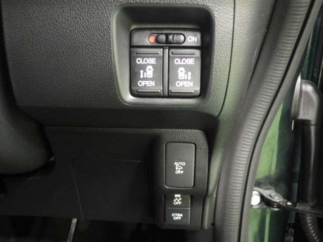 両後ろパワースライドドア装備!運転席からはボタンひとつで、ドアノブを引けば自動で開きます☆