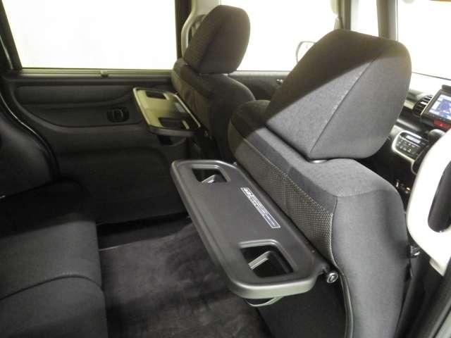 シートバックテーブル付き!後ろ席の方が500MLのペットボトルも置けて便利です。