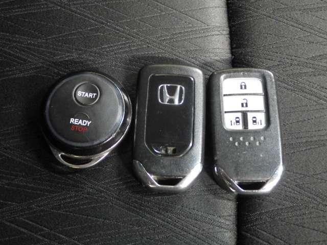 携帯するだけでOKなスマートキーと、純正リモコンスターターも付いております!