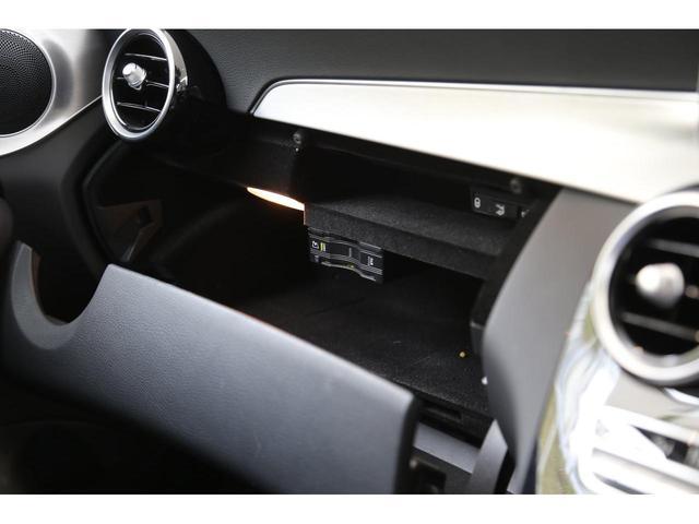 メルセデス・ベンツのボディ構造には衝撃吸収スペースをわざと確保することで万が一ぶつかった際の衝撃を瞬時に逃がします。さらにその中には頑丈なフレームがあり車内に危険物が侵入しない構造になっております。