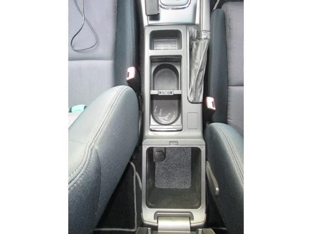 フロントシート間には収納ケースが備わったアームレストが備わっており大変便利です!