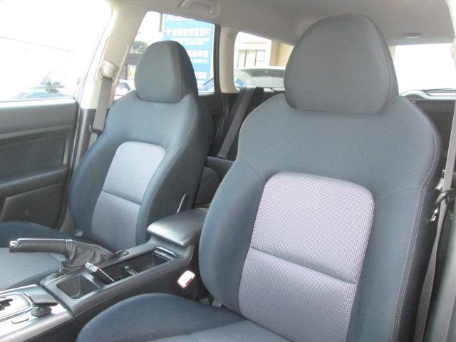ロングドライブで座っていても疲れないスポーティで機能的なシート。運転席はパワーシート!