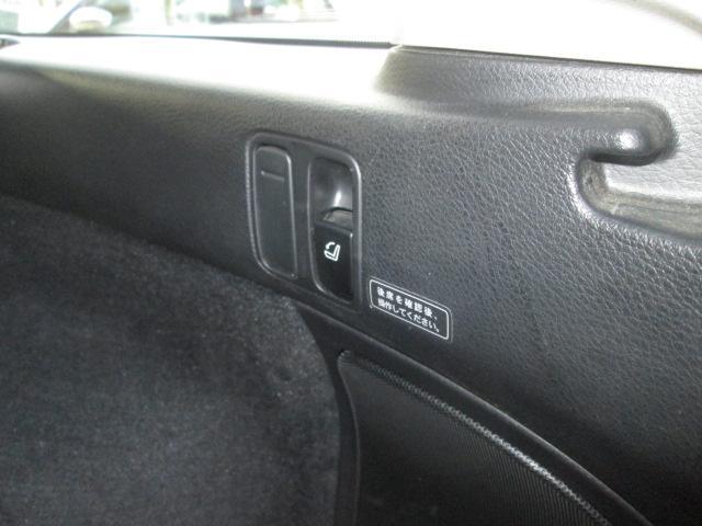 レバー一つで後席が前方に倒せます。