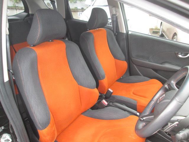 ロングドライブで座っていても疲れない重厚感あふれる機能的なシート。