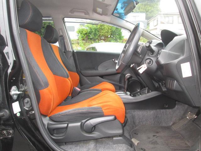 運転席はシートのへたりも少なく綺麗な状態を保っています。