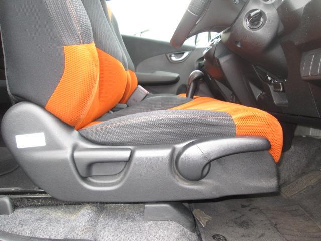 運転席は高さの調節も出来るリフター付きでベストなポジショニングで運転出来ます
