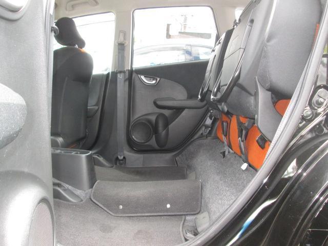 跳ね上げが可能な後席シート。 大人数でのドライブや荷物が思っていたより多くなった時にも様々なシーンに対応できて、とても便利です。