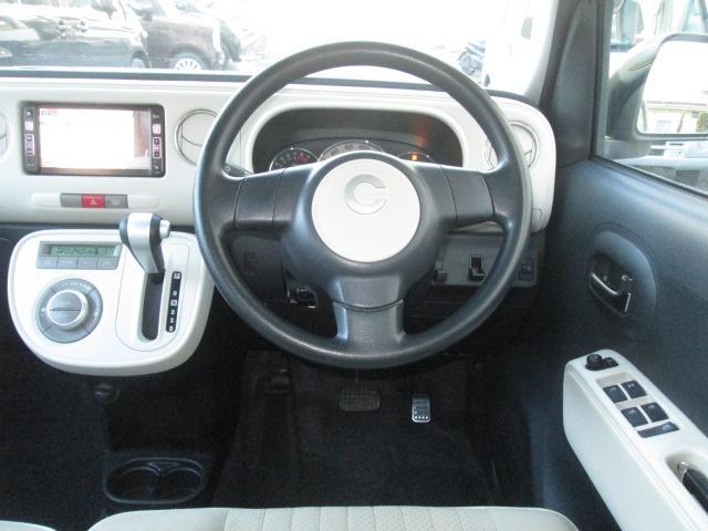 シックな色使いの運転席周り。すっきりとしたデザインと上品な色使い。居心地の良い運転席。