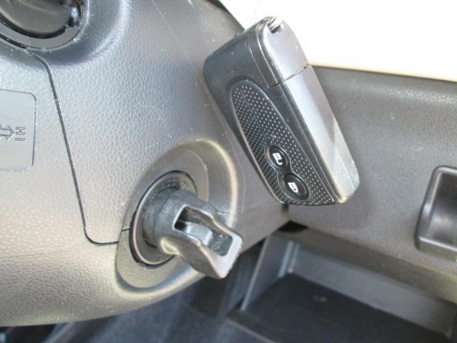 アドバンストキーを携帯していれば、ドアの施錠/開錠がキーを使わず簡単に行えます。また、エンジンをかけるときはスタートノブを回すだけです。