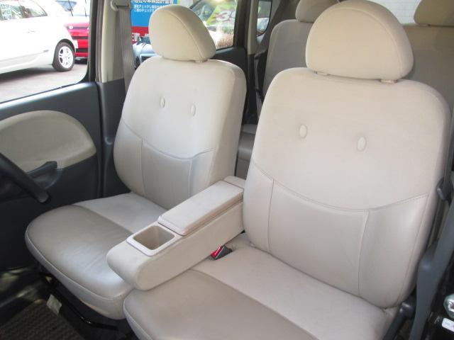ロングドライブで座っていても疲れない機能的なハーフレザーシート。アームレスト付きで快適なドライブをお楽しみください。