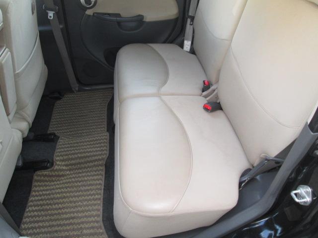 フロントだけでなくセカンド後席シートにかけても充分なスペースを確保♪
