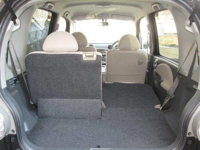 折り畳みが可能な後席シート。荷物が思っていたより多くなった時にも様々なシーンに対応できて、とても便利です。