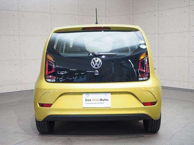 テールゲートは、VWサイン下のオープナーで、開けてください。