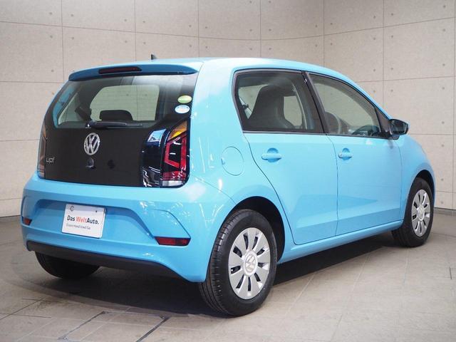 テールゲートは、VWサイン下のオープナーで、で開けてください。