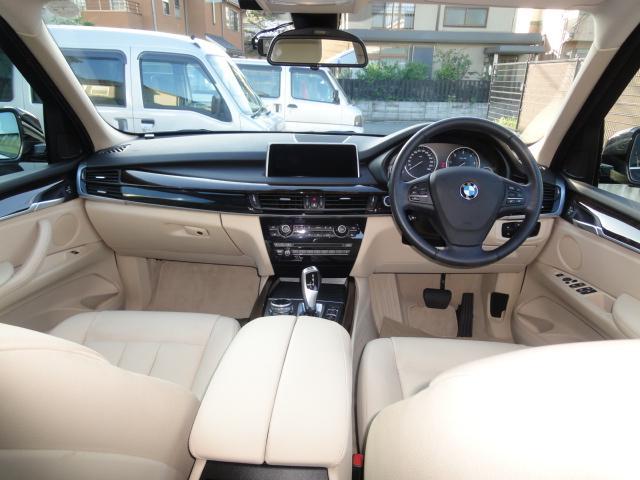 ドライバーが最も見やすいダッシュボード最上部に配置された10.2インチ高解像度ワイド・コントロール・ディスプレイを装備