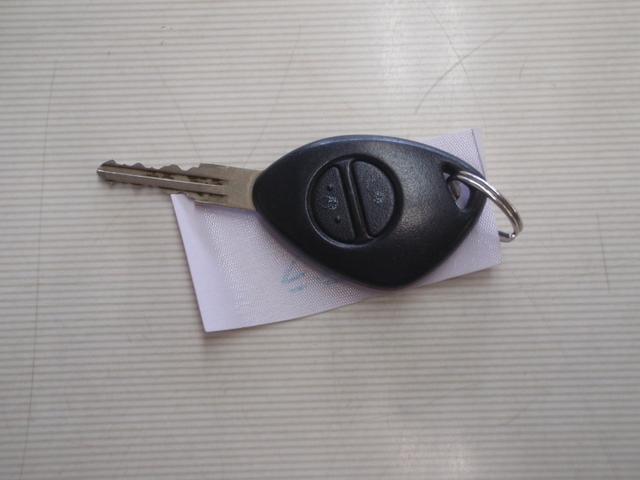 キーレスが付いていますので車から離れたところから鍵の開閉ができ便利です。