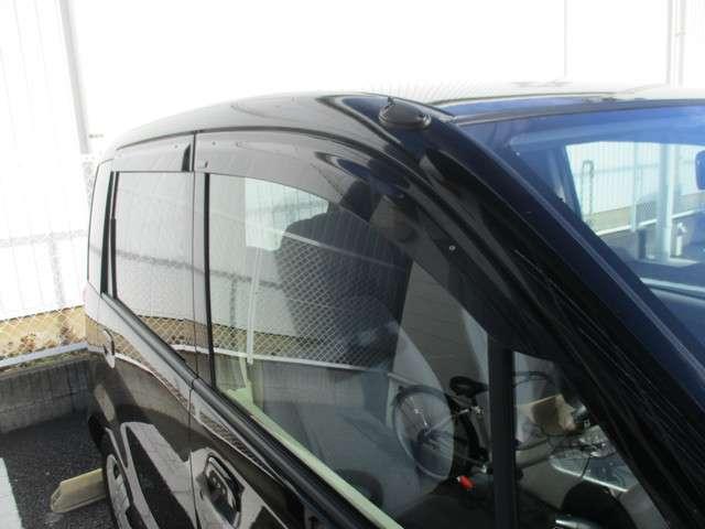 雨の日でもドアバイザーが装着されておりますので、車内換気が可能です。