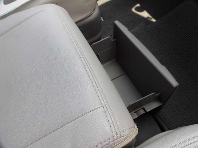 前席中央のシート下には収納があります。