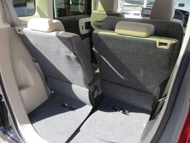 さらにシートスライド機能で、人が乗る際と荷物を積む際で使い分け可能!