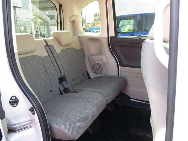 後席の足元はかなり広々で、ゆったりと座れますね