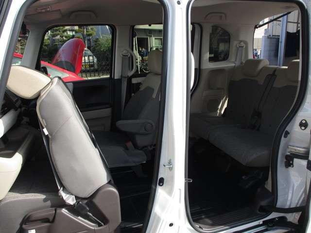 助手席を前側へスライドする事で、車内での移動を実現!