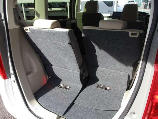後部座席もスライド機能付きですので、荷物を載せる際に便利!