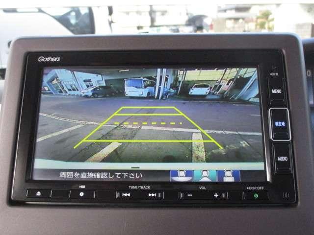 車庫入れの際に後方の障害物をナビモニターで確認出来るバックカメラ。ガイドライン付きですので、停車する位置が分かりやすいですね。