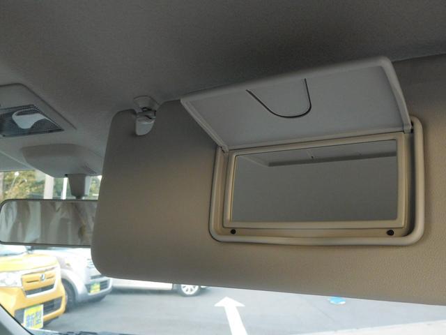 バニティミラー装備です。運転途中にちょっとしたお色直しも出来ますね。あると便利な装備の一つです。標準装備なら嬉しいですね。