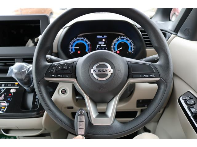 スマートキー標準装備です。車に近づいてリクエストスイッチを押せばドアの開閉ができます。更にエンジンの始動もカギを挿さずに出来ます。防犯面でも安心に繋がります。