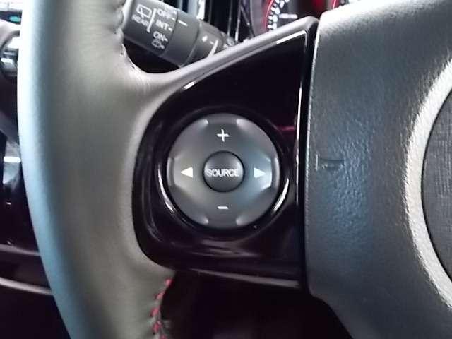 ステアリングスポーク部に取り付けられたスイッチでオーディオの操作はハンドルから手を放さずに操作することも可能です