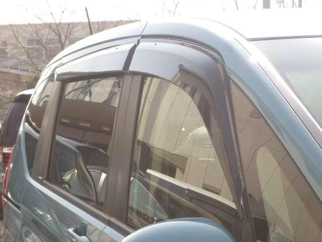 雨天でもちょっと窓を開けて換気するのに便利です。ドアバイザー装備。有ると便利なアイテムですね♪