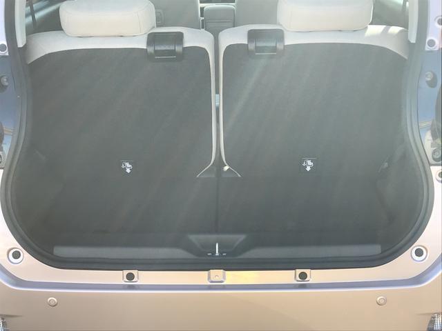 フロントシートは大きなベンチシートでゆったりと体をフォールド。足元も広々しているので、ロングドライブも疲れません。