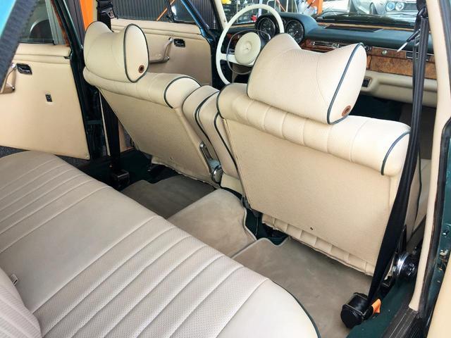 後部座席ももちろん使用感もなくきれいに保たれています。