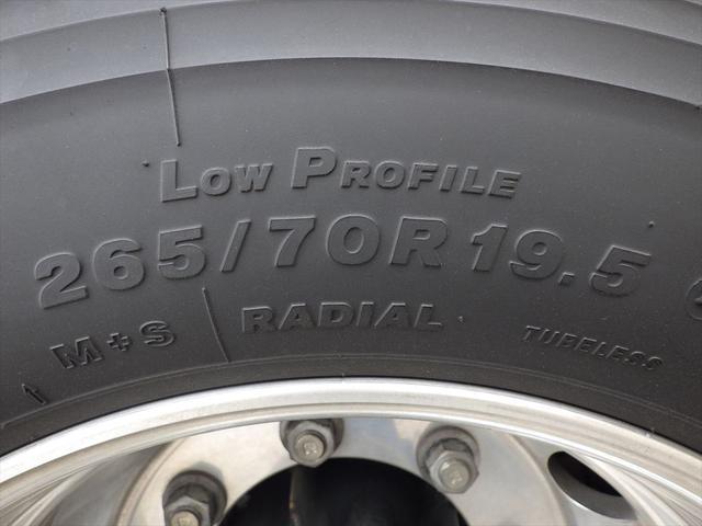 ヨシノ自動車では仕入れ、買取を行なったトラックを1台1台専門スタッフが点検、整備、洗車をしております。お客様に安心してご利用いただけるよう、独自のチェック項目を用い、徹底した品質管理に取り組んでいます