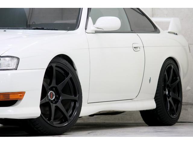 <ホイール>CST製18インチ 9J +30 マットブラック を4本装着。タイヤサイズは225/40/18をチョイスし、ツライチピッタリにセッティングされております。残量も9部山程残っております。