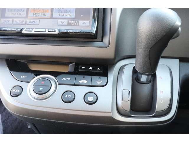 使用頻度の高いシフトレバーやエアコンボタンなどは中央にあつめ、操作性を追求しております。