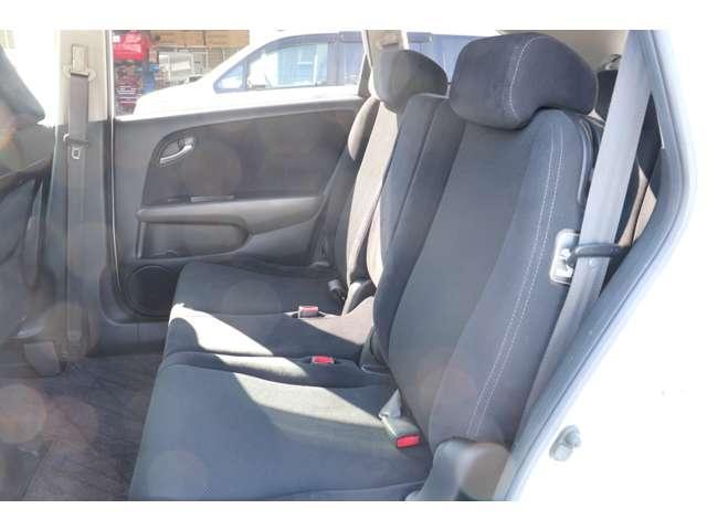 後部座席も広く開放的な空間となっております。