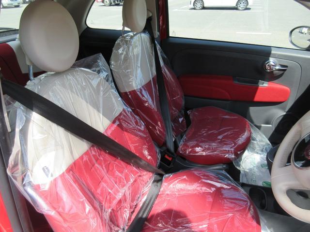☆ホワイトレザーとレッドのコンビシートがとってもオシャレ!☆綺麗なシートでヘタリや大きな擦れも無く、とっても座り心地の良いシート表皮となっております。