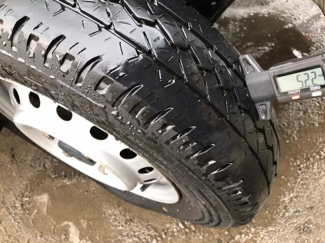 タイヤの残り溝もまだあります。  ※ 写真掲載タイヤゲージは付属しません。  http://www.carkore.jp/