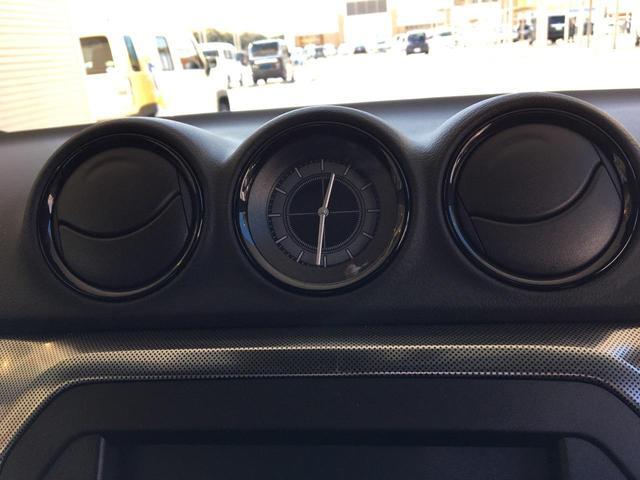 左右のエアコン吹き出し口の真ん中には実用性の高い時計がインストールされています。