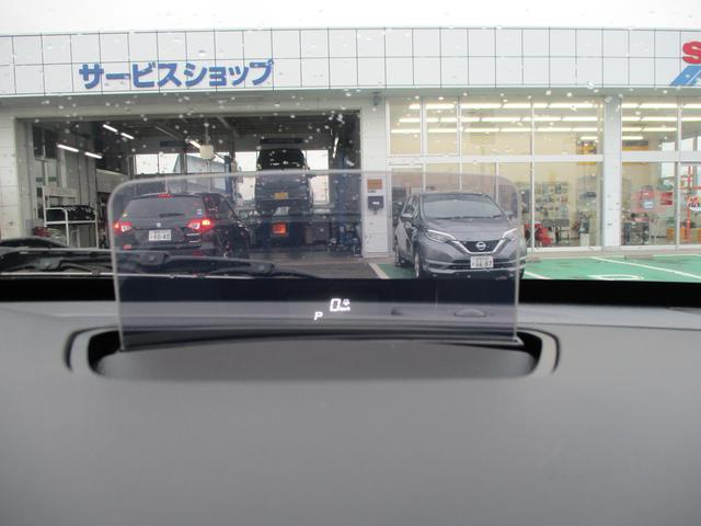 運転席正面に搭載のヘッドアップディスプレイには車速とシフトインジケーター等が表示されます!