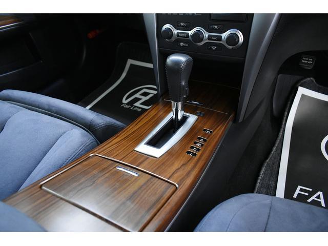 シフトパネルには落ち着いた印象のウッド調パネルが採用されており、内装とのマッチングも◎です。