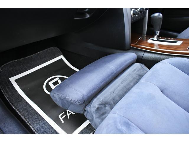 助手席オットマン機能がつてご同乗の方は足を延ばしてゆったりとおくつろぎいただけます。