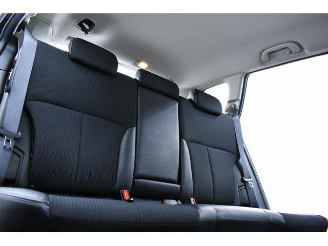 後部座席もシミや目立つ汚れも無くとてもきれいな状態となっております。