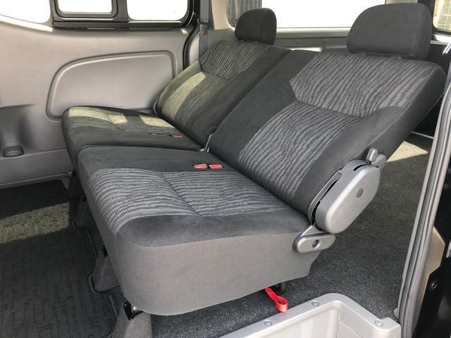 2列目も大人の方がゆったりと座れるシートです。2列目でも快適にお過ごし頂けます。