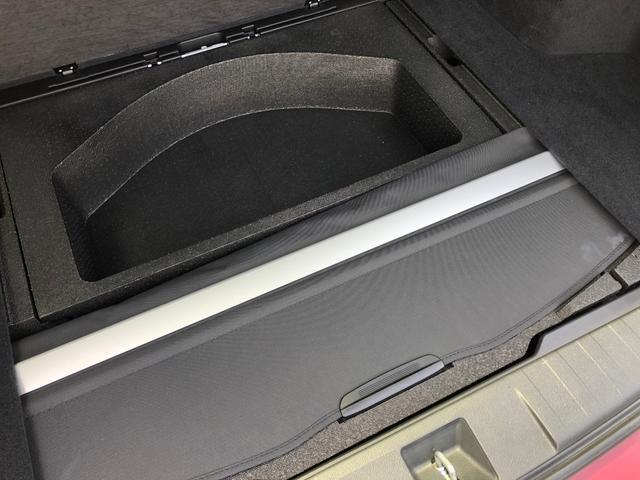 トランク下には、トノカバーとスペアタイヤがございます。
